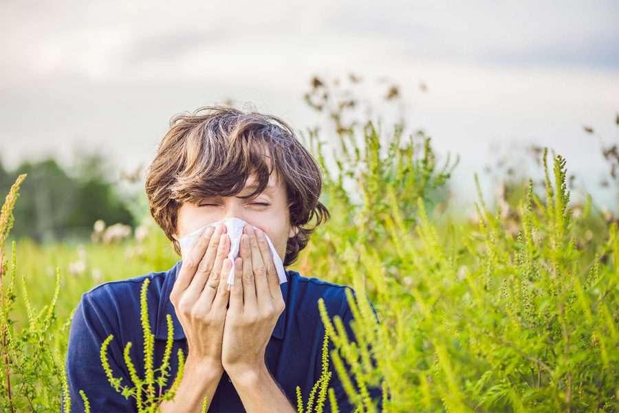 uomo con allergia