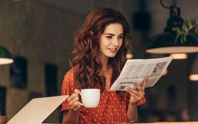 bella ragazza che legge