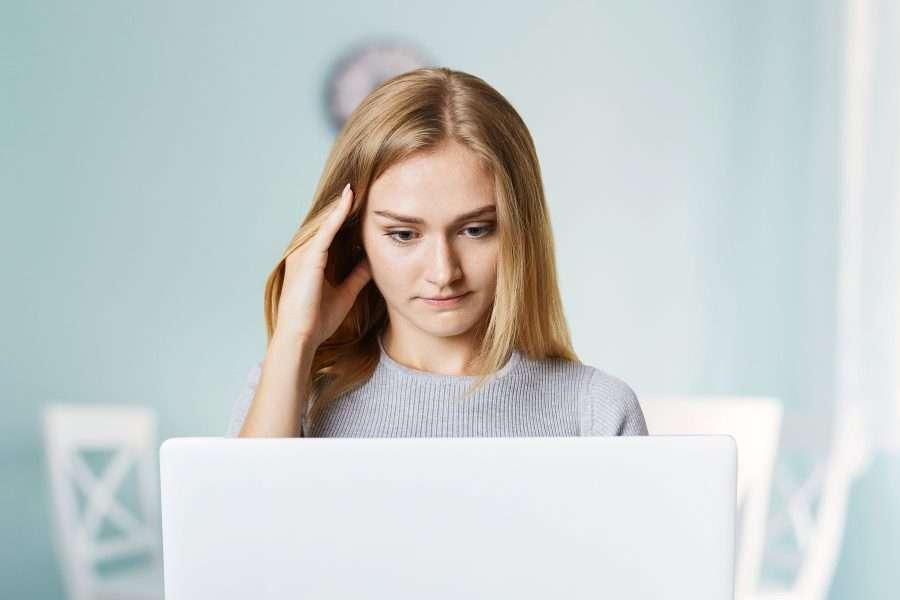donna che legge articolo