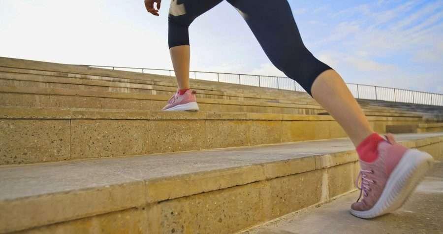 donna atletica sulle scale