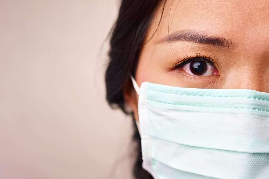 Donna asiatica con mascherina
