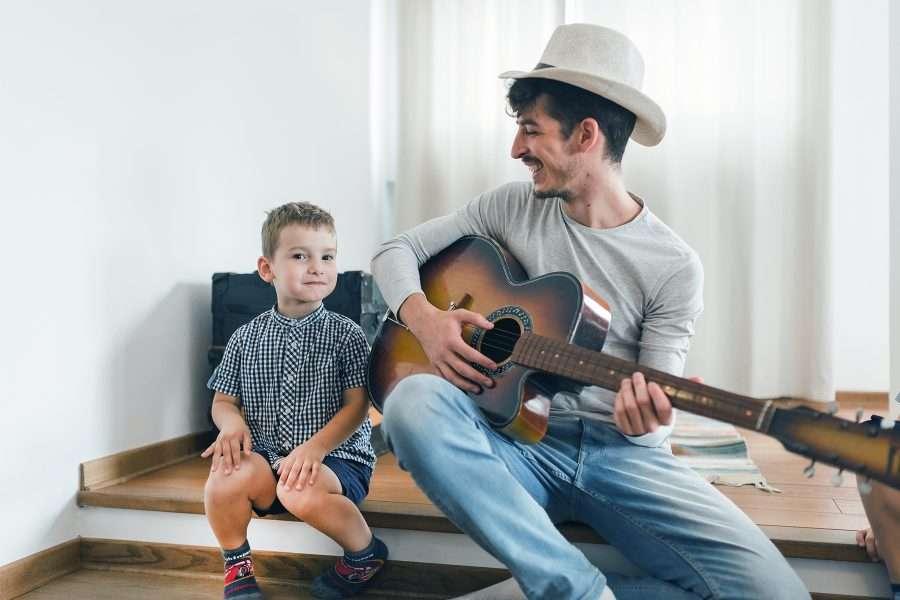 Uomo con chitarra e bambino