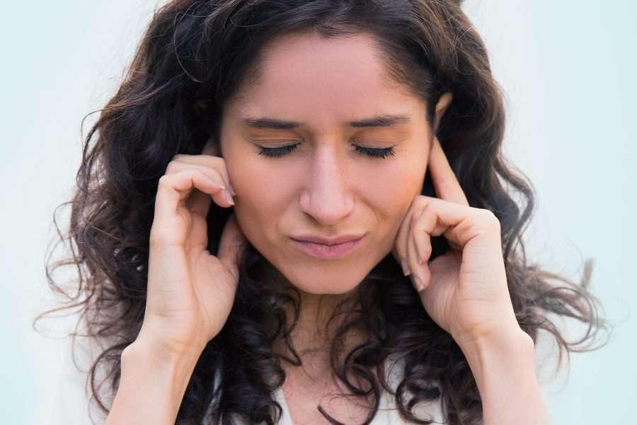 Donna con malessere alle orecchie