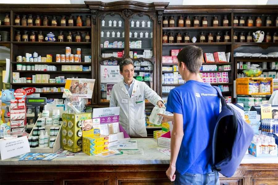Il dottor Mattia Ferrero affida un ordine pronto per la consegna a un corriere Pharmercure