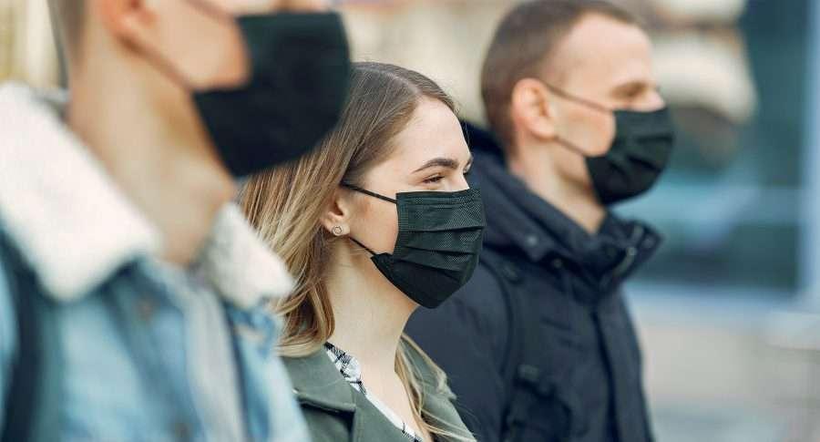Persone in luogo esterno con mascherine protettive